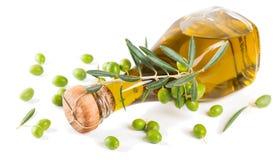 Olio d'oliva e ramo di ulivo con i frutti immagini stock libere da diritti