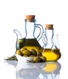 Olio d'oliva ed olive su fondo bianco Fotografia Stock Libera da Diritti