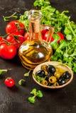 Olio d'oliva, foglie della lattuga, pomodori Immagine Stock