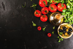 Olio d'oliva, foglie della lattuga, pomodori Fotografia Stock