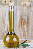 Olio d'oliva premio in una bottiglia di lusso Fotografia Stock