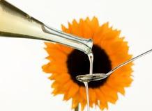 Olio da cucina dai semi di girasole con il fiore Fotografie Stock Libere da Diritti
