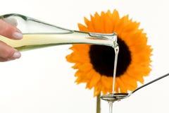 Olio da cucina dai semi di girasole con il fiore Fotografie Stock