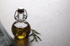 Olio del dragoncello su una tavola Immagini Stock