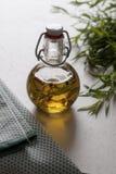 Olio del dragoncello su una tavola Fotografie Stock