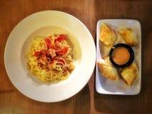 Olio del gamberetto degli spaghetti e rotolo del formaggio & del pollo Fotografie Stock