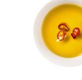 Olio del peperoncino rosso caldo in ciotola, isolata Fotografia Stock Libera da Diritti
