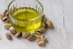 Olio del pistacchio con le noci fotografia stock libera da diritti