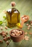 Olio del pistacchio nella bottiglia fotografia stock libera da diritti