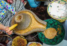 Elaborazione dell'olio dell'argania spinosa Immagine Stock Libera da Diritti