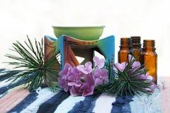 Olio dell'aroma in bottiglie e ciotola della candela Fotografie Stock