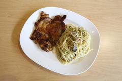 Olio di Aglio degli spaghetti con il pollo del BBQ Immagini Stock Libere da Diritti
