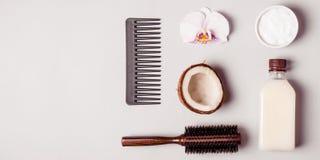Olio di cocco ed e pettini Concetto di cura di capelli immagine stock