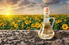 Olio di girasole con il giacimento del girasole sul tramonto Fotografie Stock Libere da Diritti