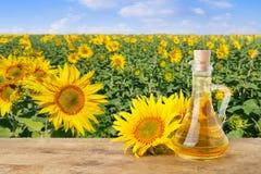 Olio di girasole e giacimento di fioritura del girasole Immagine Stock Libera da Diritti