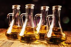 Olio di oliva in bottiglie immagini stock