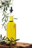 Olio di oliva con le filiali di olivo fotografia stock libera da diritti