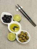Olio di oliva con le olive Fotografie Stock Libere da Diritti