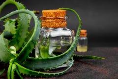 Olio di vera dell'aloe in bottiglia di vetro ed asciugamano per la stazione termale Fotografia Stock