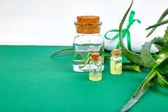 Olio di vera dell'aloe in bottiglia di vetro ed asciugamano per la stazione termale Immagini Stock Libere da Diritti