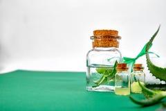 Olio di vera dell'aloe in bottiglia di vetro ed asciugamano per la stazione termale Fotografie Stock