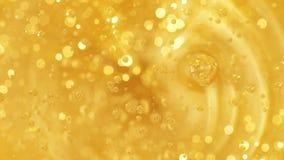 Olio di versamento Le bolle aumentano lentamente verso l'alto video d archivio