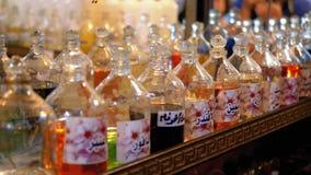 Olio e profumo aromatici in negozio arabo Egypt archivi video
