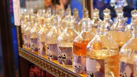 Olio e profumo aromatici in negozio arabo Egypt video d archivio
