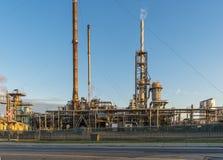 Olio e raffineria di Gaz al tramonto Fotografia Stock Libera da Diritti