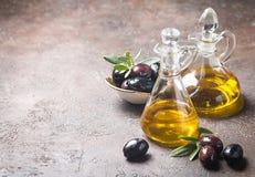 Olio e rami di ulivo di oliva Immagini Stock Libere da Diritti