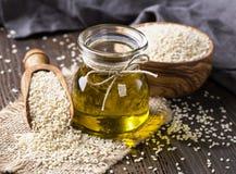 Olio e semi di sesamo immagini stock