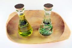 Olio ed aceto di oliva con rosmarino per le insalate Immagini Stock