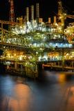 Olio ed impianto di perforazione nella notte immagine stock