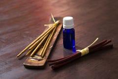 Olio essenziale con incenso su una tavola di legno Fotografia Stock