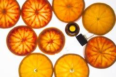 Olio essenziale dell'arancia in bottiglia ambrata con le arance rosse Fotografia Stock