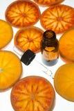 Olio essenziale dell'arancia in bottiglia ambrata con le arance rosse Fotografie Stock Libere da Diritti