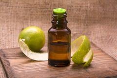 Olio essenziale della buccia di limone fotografia stock libera da diritti