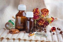 Olio essenziale su un fondo delle piante asciutte fotografie stock