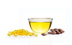 Olio giallo in ciotola di vetro, pillole del gel e semi crudi o di Sacha Inchi Fotografia Stock Libera da Diritti
