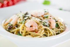 Olio italiano di aglio della pasta con la frutta del mare Fotografie Stock Libere da Diritti