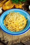 Olio italiano vegetariano di Aglio E degli spaghetti della pasta con pane all'aglio, il fiocco rosso del peperoncino rosso, il pr Fotografia Stock Libera da Diritti