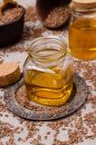Olio organico del lino in vetro fotografie stock