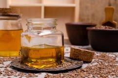 Olio organico del lino in vetro immagine stock