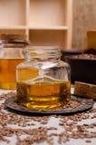 Olio organico del lino in vetro immagini stock libere da diritti