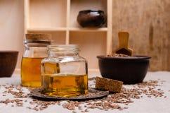 Olio organico del lino in vetro immagini stock
