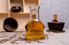 Olio organico del lino in vetro fotografie stock libere da diritti