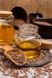 Olio organico del lino in vetro fotografia stock libera da diritti