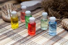 Olio variopinto della bottiglia di aromaterapia Fotografia Stock