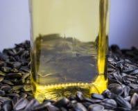 Olio vegetale su un fondo dei semi di girasole Fotografia Stock Libera da Diritti