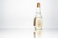 Olio vegetale in una bottiglia su un fondo di legno bianco Fotografia Stock Libera da Diritti